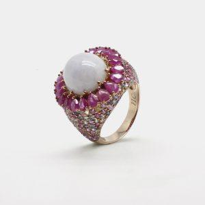comprar anillo montado en oro rosa con jade violeta central rodeado por rubies y zafiros